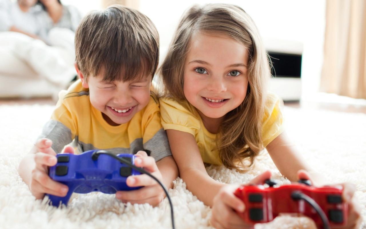 Брат и сестра играют вместе